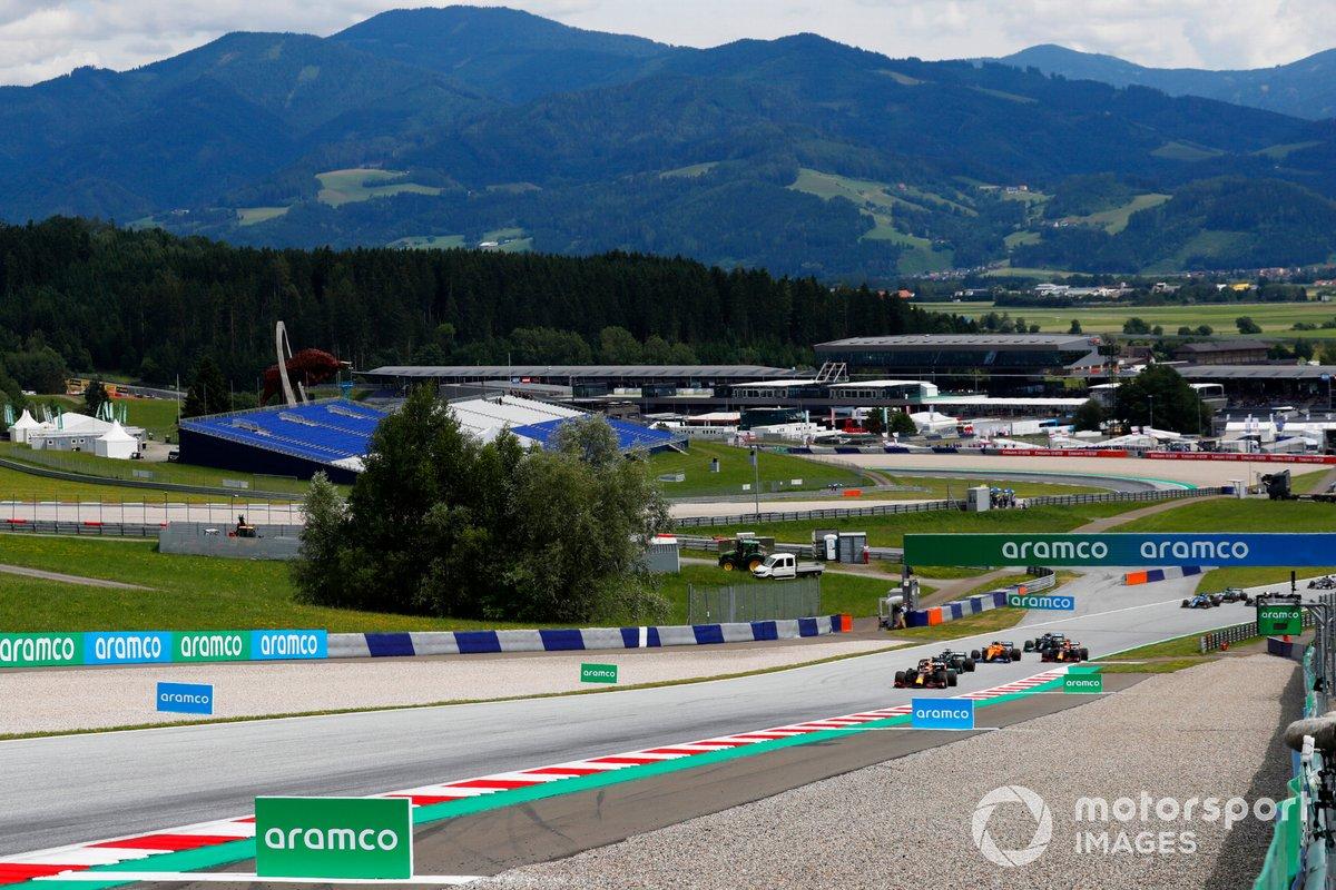 Max Verstappen, Red Bull Racing RB16B, Lewis Hamilton, Mercedes W12, Sergio Pérez, Red Bull Racing RB16B, Lando Norris, McLaren MCL35M al inicio