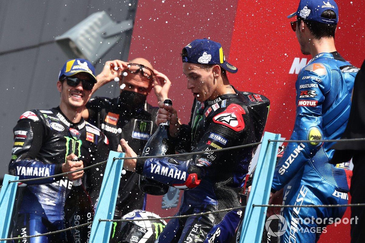 Podio: segundo lugar Maverick Viñales, Yamaha Factory Racing, ganador Fabio Quartararo, Yamaha Factory Racing, tercer lugar Joan Mir, Team Suzuki MotoGP