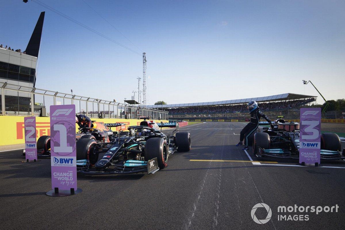Ganador de la primera posición para la carrera Sprint Lewis Hamilton, Mercedes W12, segundo puesto Max Verstappen, Red Bull Racing RB16B y el tercer puesto Valtteri Bottas, Mercedes W12