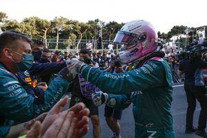 Sebastian Vettel, Aston Martin, 2° classificato, festeggia sul podio con la sua squadra