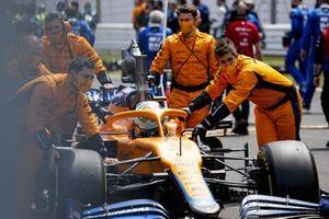 Mecánicos en la parrilla con Daniel Ricciardo, McLaren MCL35M