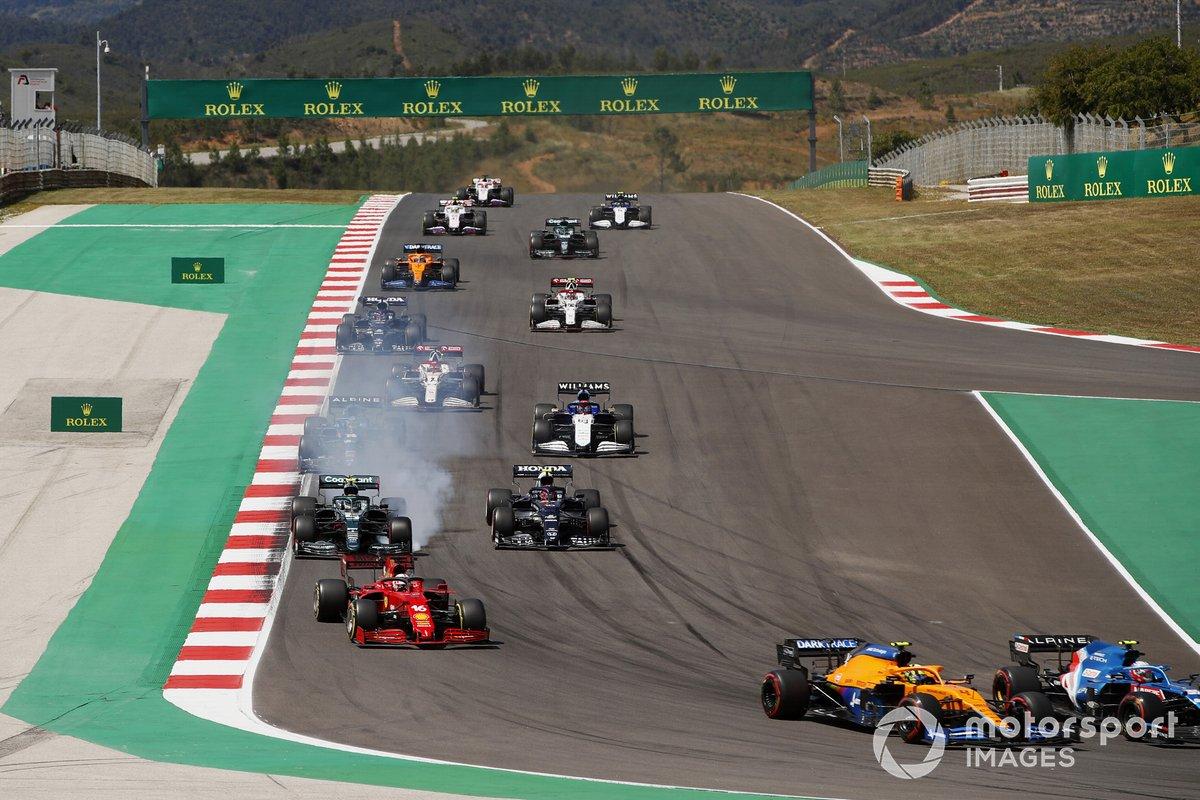 Sebastian Vettel, Aston Martin AMR21, Pierre Gasly, AlphaTauri AT02, Fernando Alonso, Alpine A521, George Russell, Williams FW43B, Kimi Raikkonen, Alfa Romeo Racing C41, al inicio