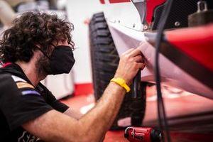 Acciona | Sainz XE Team personnel in the garage
