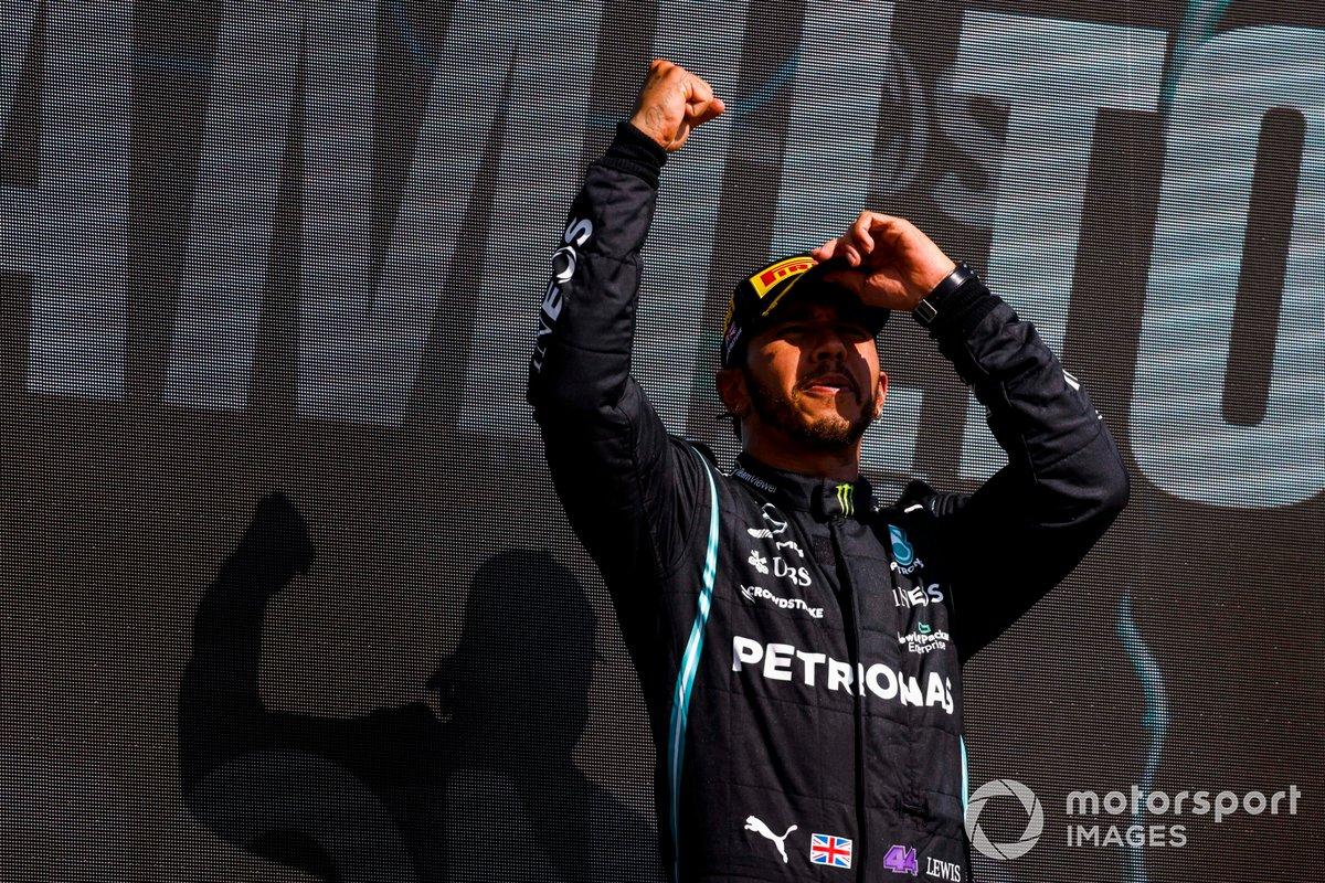 Lewis Hamilton, Mercedes, primo classificato, festeggia sul podio