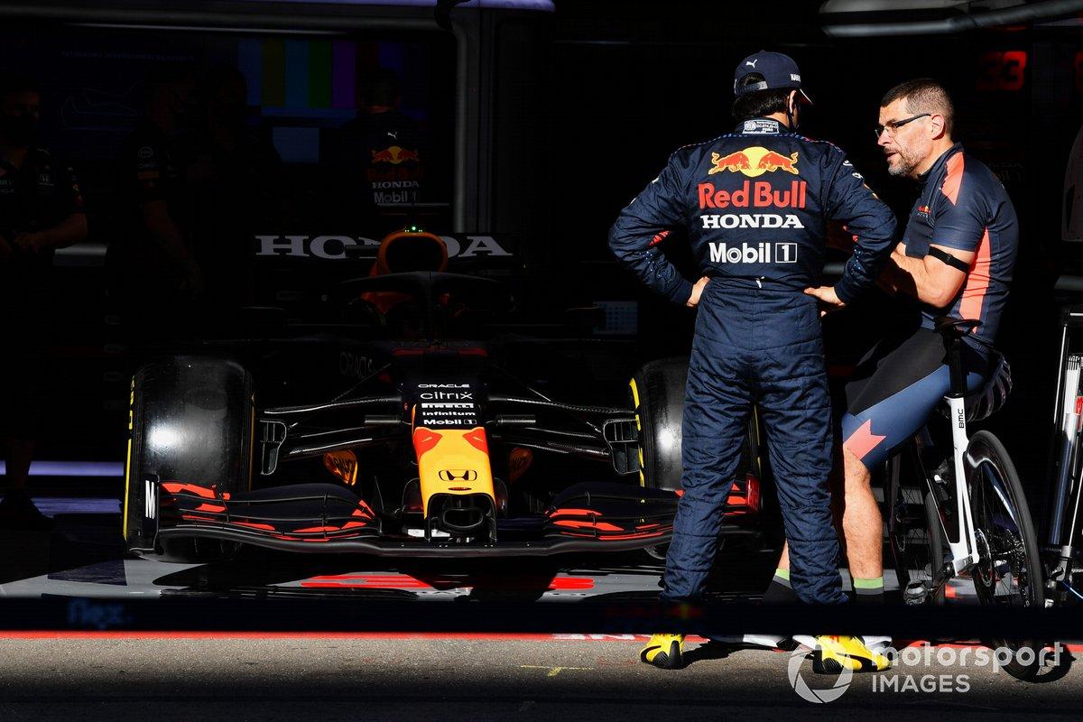 Sergio Pérez, Red Bull Racing, con un miembro del equipo fuera del box