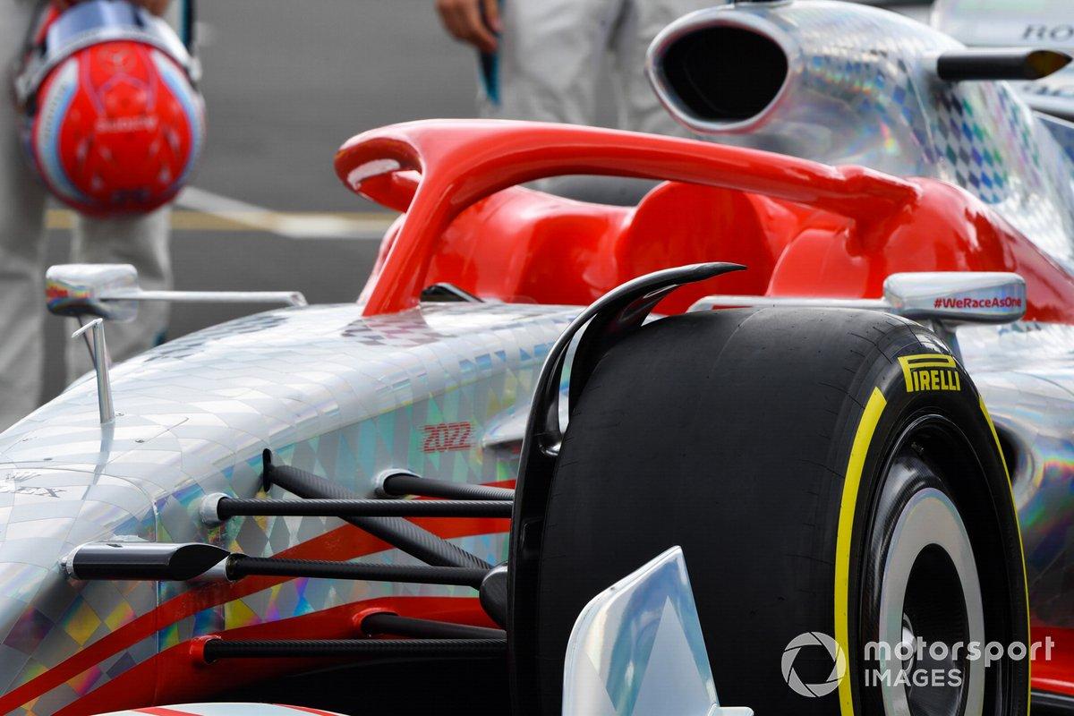 Detalle del Halo y rueda delantera del coche de Fórmula 1 2022
