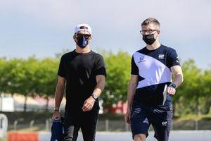 Pierre Gasly, AlphaTauri et Pierre Hamelin, son ingénieur de course, lors du track walk