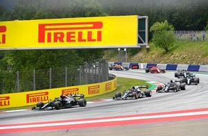 Valtteri Bottas, Mercedes W12, Pierre Gasly, AlphaTauri AT02, en Yuki Tsunoda, AlphaTauri AT02