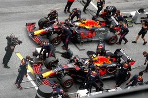 Mechanics on the grid with Sergio Perez, Red Bull Racing RB16B, and Max Verstappen, Red Bull Racing RB16B