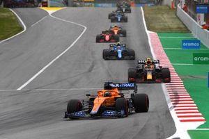 Daniel Ricciardo, McLaren MCL35M, Sergio Pérez, Red Bull Racing RB16B, Esteban Ocon, Alpine A521, Carlos Sainz Jr., Ferrari SF21