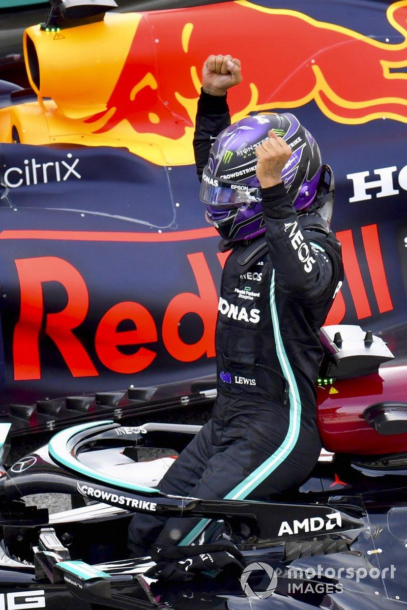 Lewis Hamilton, Mercedes, primera posición, celebra su victoria en su llegada al Parque Cerrado