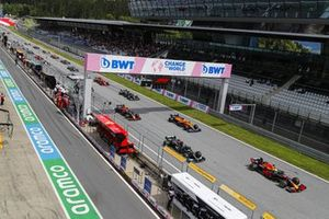 Max Verstappen, Red Bull Racing RB16B, Lewis Hamilton, Mercedes W12 , Lando Norris, McLaren MCL35M, Sergio Perez, Red Bull Racing RB16B, Valtteri Bottas, Mercedes W12, and the rest of the field away at the start