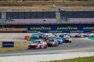 Start action, Gabriele Tarquini, BRC Hyundai N LUKOIL Squadra Corse Hyundai Elantra N TCR leads