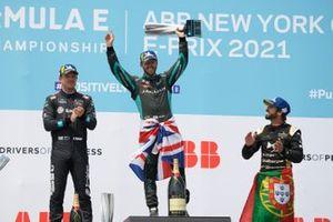 Podio: segundo lugar Nick Cassidy, Envision Virgin Racing, ganador Sam Bird, Jaguar Racing, tercer lugar Antonio Felix da Costa, DS Techeetah