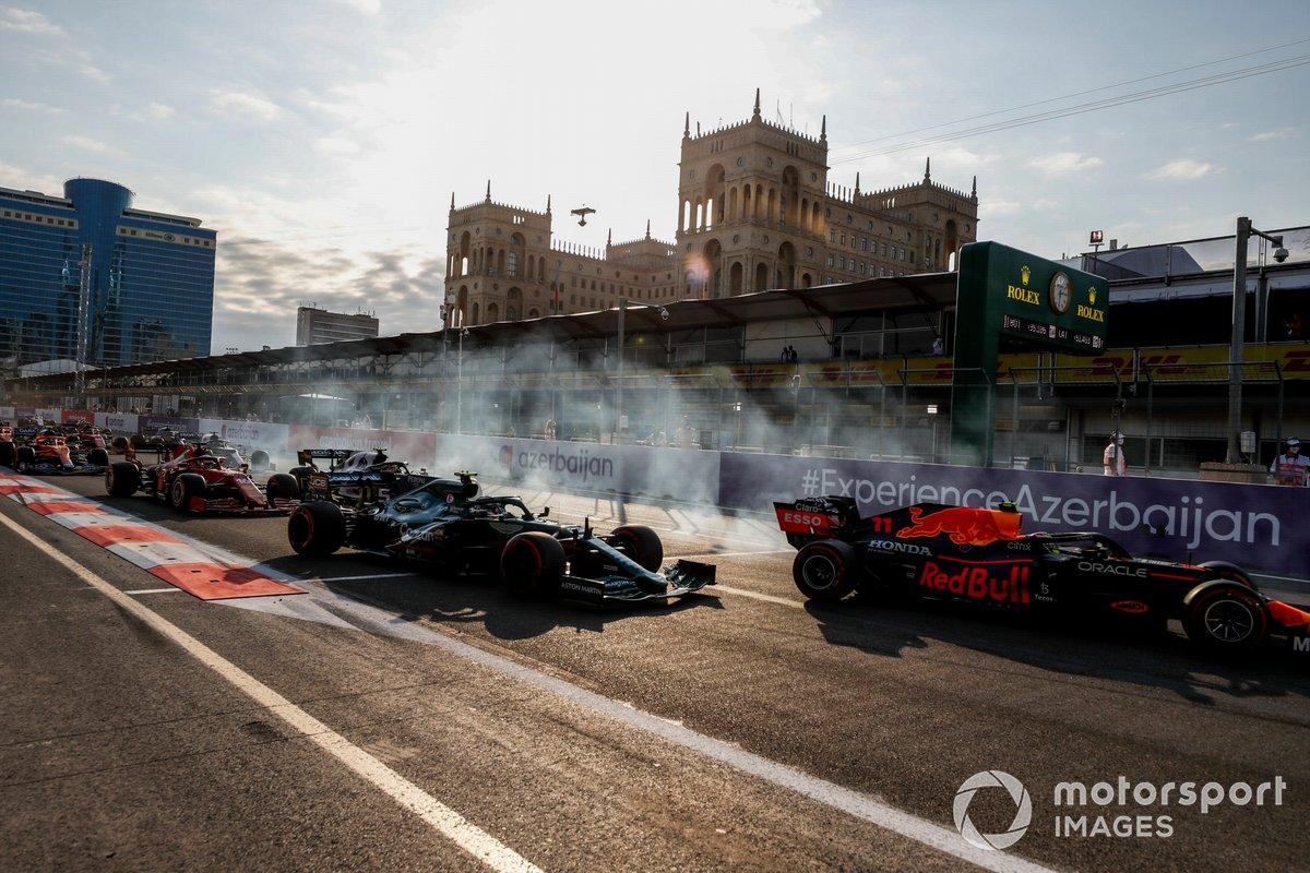 Sergio Pérez, Red Bull Racing RB16B, Sebastian Vettel, Aston Martin AMR21 al reinicio de la carrera