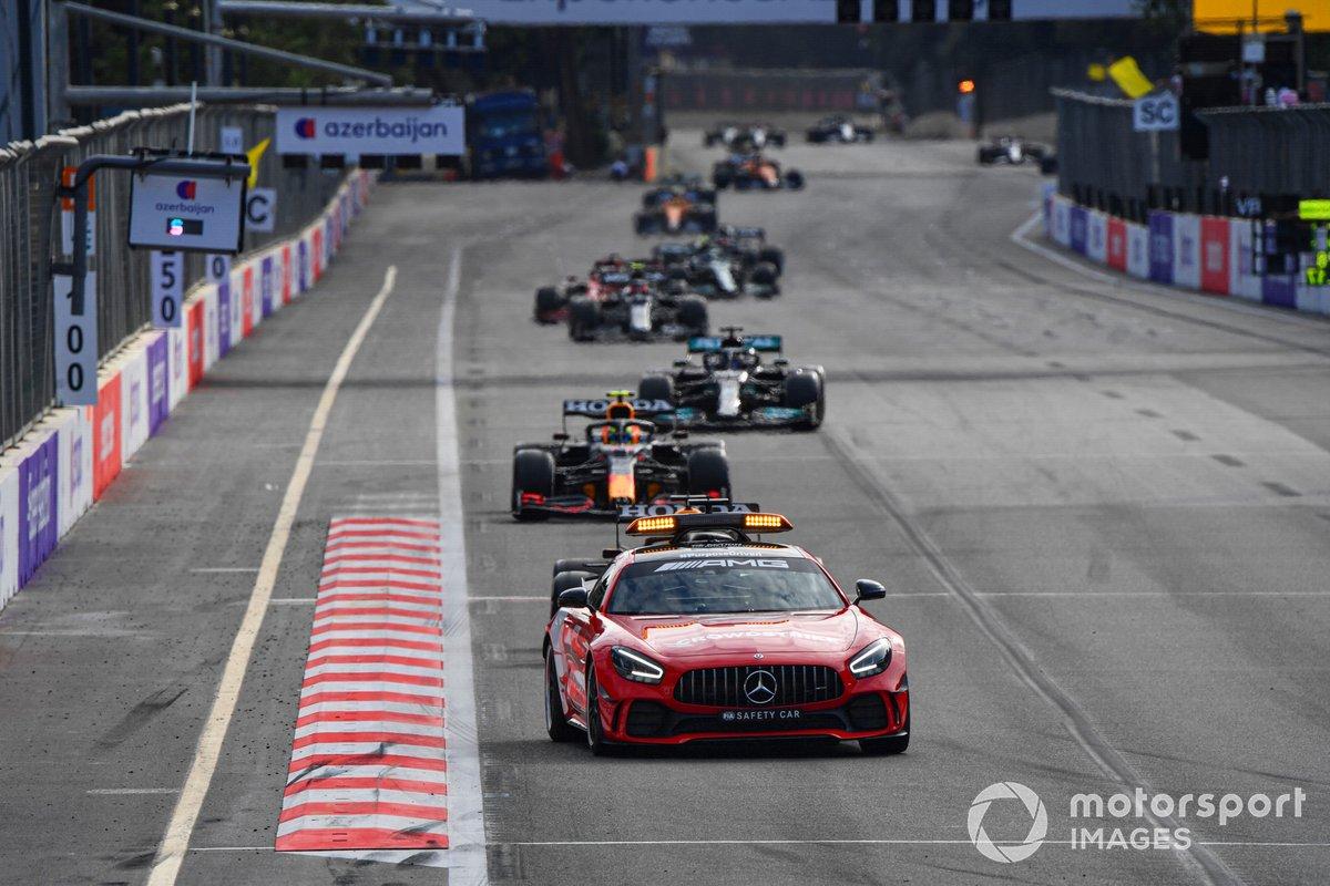 El Safety Car al frente de Sergio Pérez, Red Bull Racing RB16B, Lewis Hamilton, Mercedes W12 en el reinicio