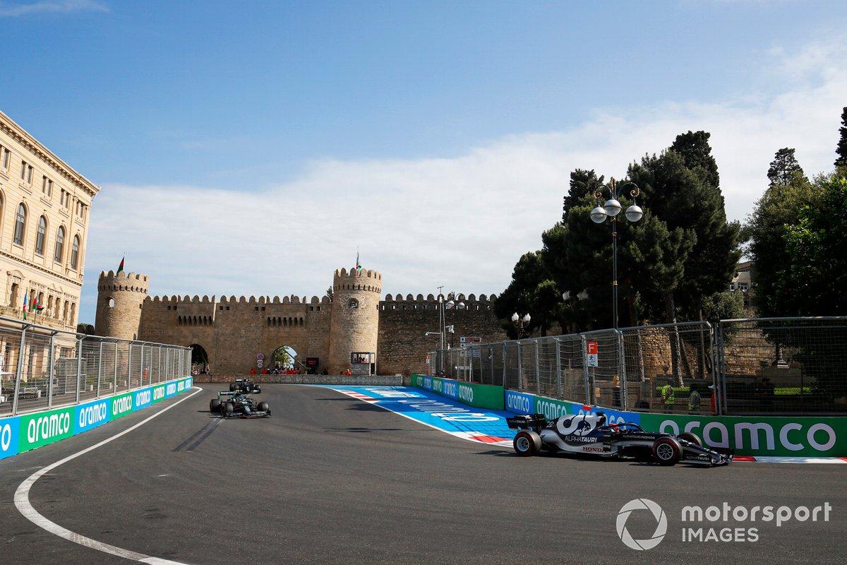 Yuki Tsunoda, AlphaTauri AT02, Sebastian Vettel, Aston Martin AMR21