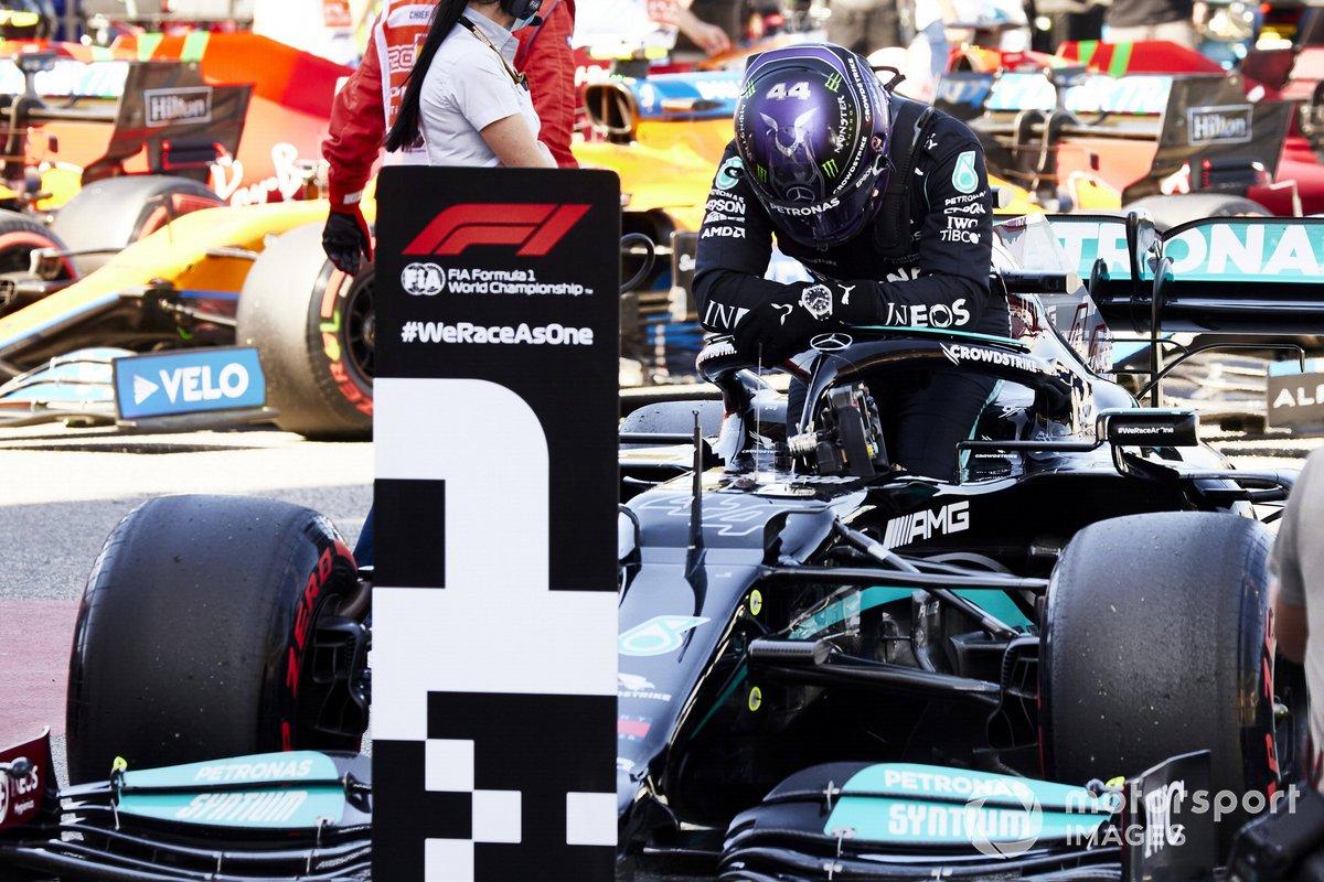 Lewis Hamilton, Mercedes, arriva al Parc Ferme dopo aver conquistato la 100esima pole in F1