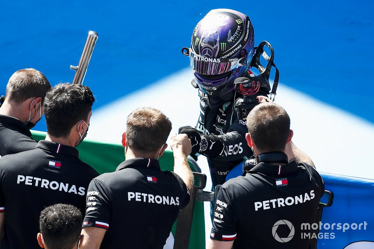 Lewis Hamilton, de Mercedes, celebra en Parc Ferme con su equipo tras conseguir su pole número 100 en la F1