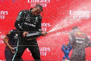 Sir Lewis Hamilton, Mercedes, 2ᵉ, pulvérise le vin pétillant sur le podium