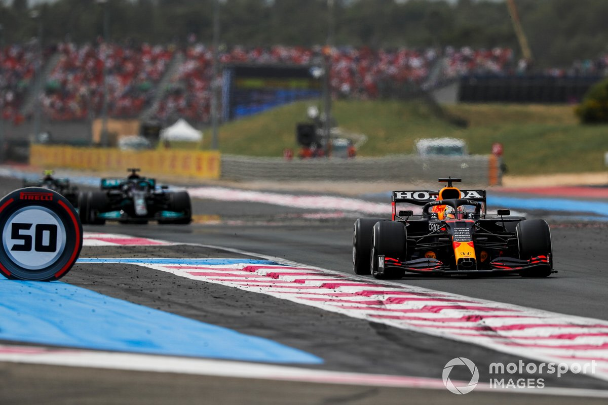 Max Verstappen, Red Bull Racing RB16B, precede Sir Lewis Hamilton, Mercedes W12