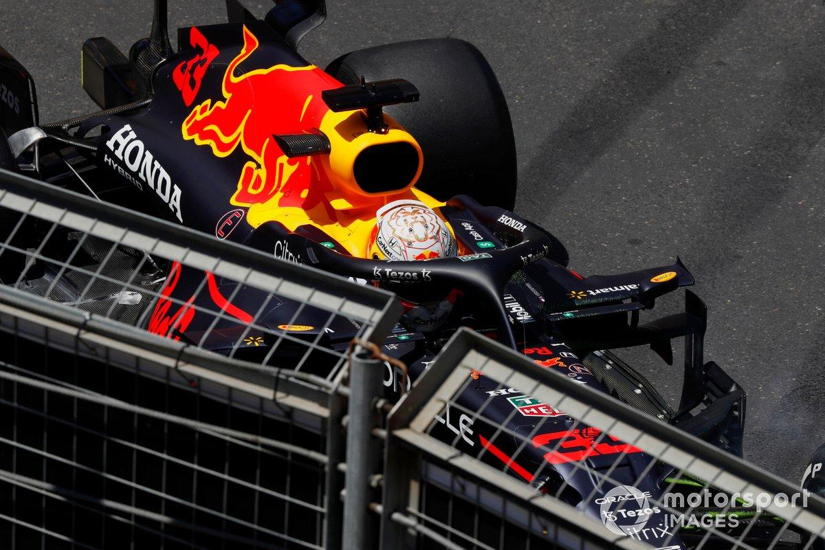 Max Verstappen, Red Bull Racing RB16B, sale del coche tras su accidente en la FP3