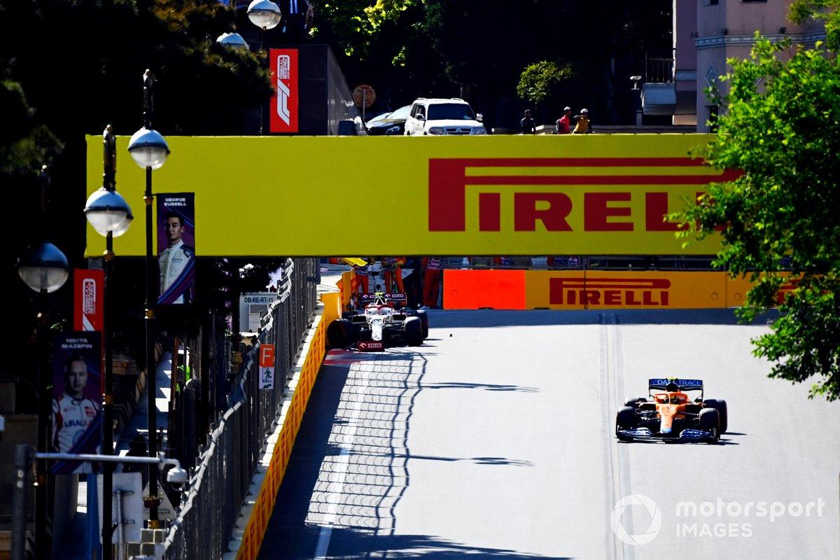 Lando Norris, McLaren MCL35M, pasa el coche accidentado de Antonio Giovinazzi, Alfa Romeo Racing C41