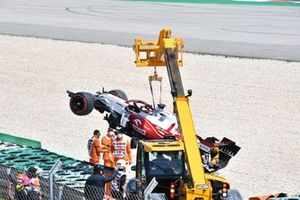 Marshals remove the car of Kimi Raikkonen, Alfa Romeo Racing C41