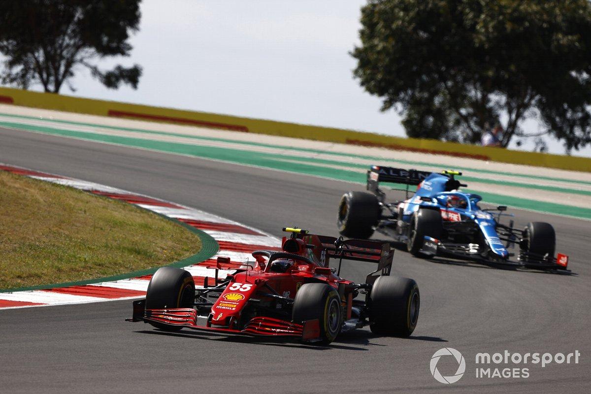Carlos Sainz Jr., Ferrari SF21, Esteban Ocon, Alpine A521