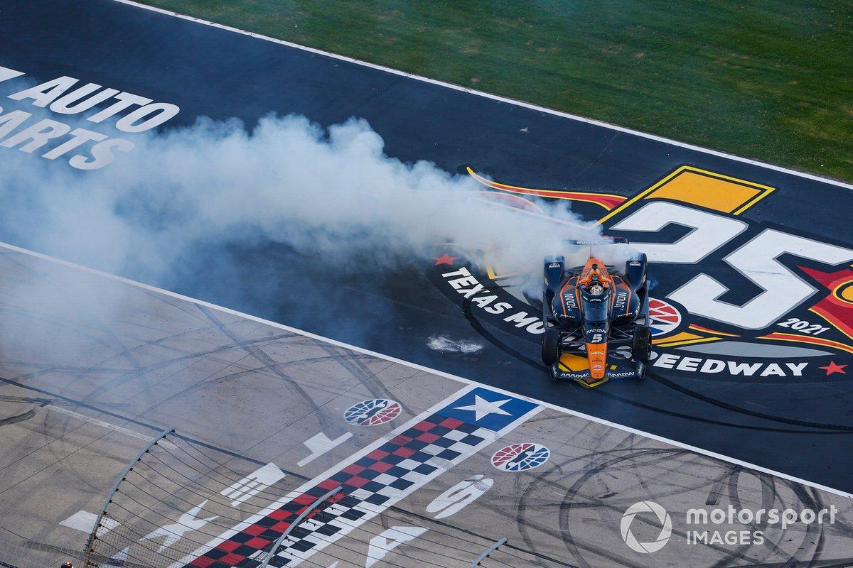 Patricio O'Ward, Arrow McLaren SP Chevrolet celebra la victoria en la XPEL 375 con unas donas en el piso