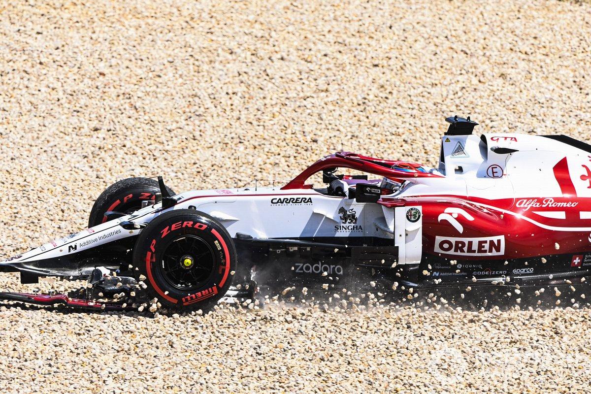 Kimi Raikkonen, Alfa Romeo Racing C41, en la grava