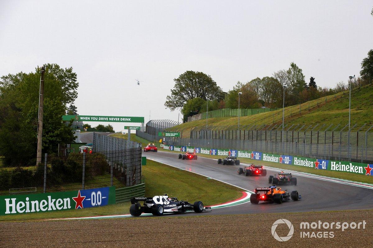 El Safety Car lidera a Max Verstappen, Red Bull Racing RB16B, Lewis Hamilton, Mercedes W12, Charles Leclerc, Ferrari SF21, Sergio Pérez, Red Bull Racing RB16B, Daniel Ricciardo, McLaren MCL35M, Pierre Gasly, AlphaTauri AT02