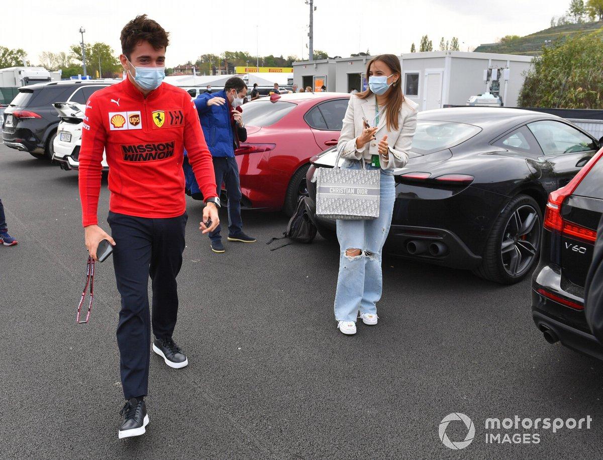 Charles Leclerc, Ferrari, y su novia Charlotte Sine