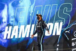 Le vainqueur Lewis Hamilton, Mercedes, sur le podium