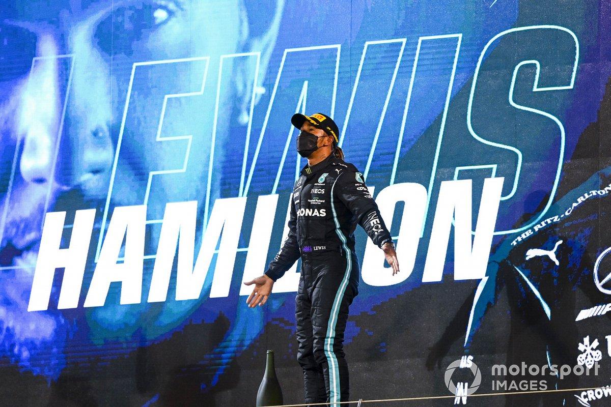 Max Verstappen, Red Bull Racing, 2a posizione, e Lewis Hamilton, Mercedes, 1a posizione, sul podio