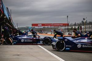 Nick Cassidy, Envision Virgin Racing, Audi e-tron FE07, Robin Frijns, Envision Virgin Racing, Audi e-tron FE07, are returned to the pits