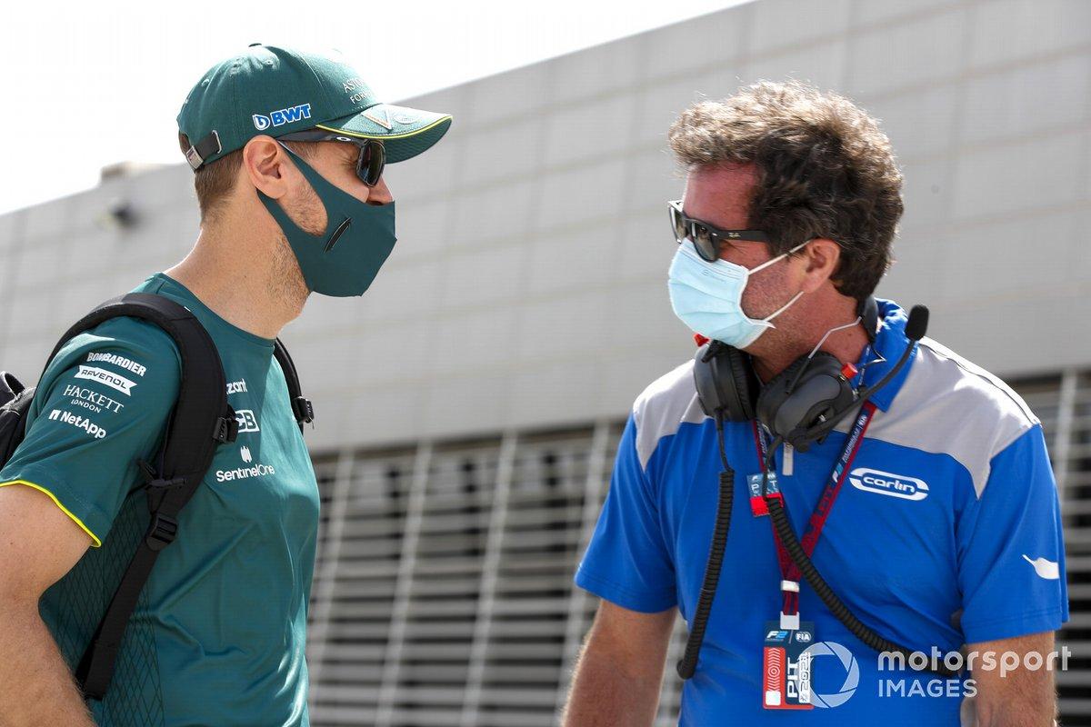 Sebastian Vettel, Aston Martin, en el paddock