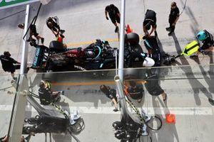 Lewis Hamilton, Mercedes W12, s'arrête au stand