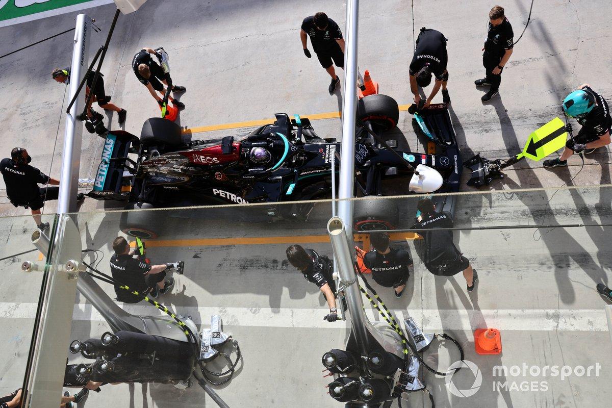 Prova di pit stop per Lewis Hamilton, Mercedes W12,