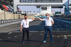Tom Wood, Delegato Media FIA e Liam Parker, Responsabile Comunicazioni di F1 sulla griglia