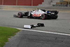 Kevin Magnussen, Haas VF-20, passes the broken front wing of Jack Aitken, Williams FW43