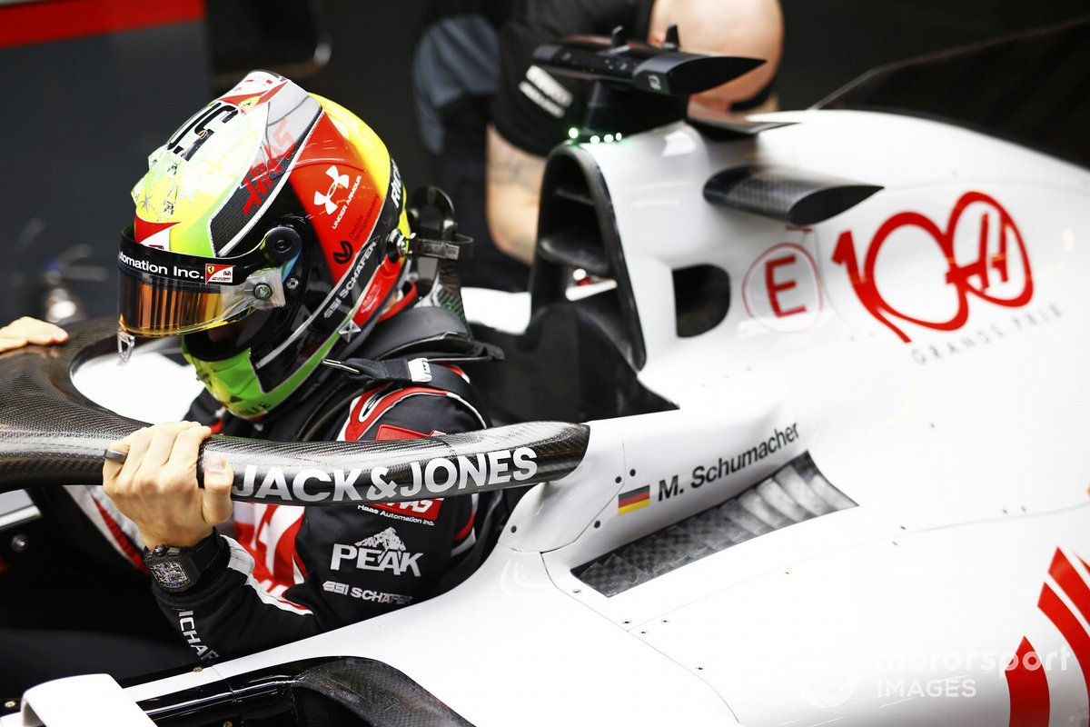 Mick Schumacher, Haas VF-20, entra nel suo cockpit