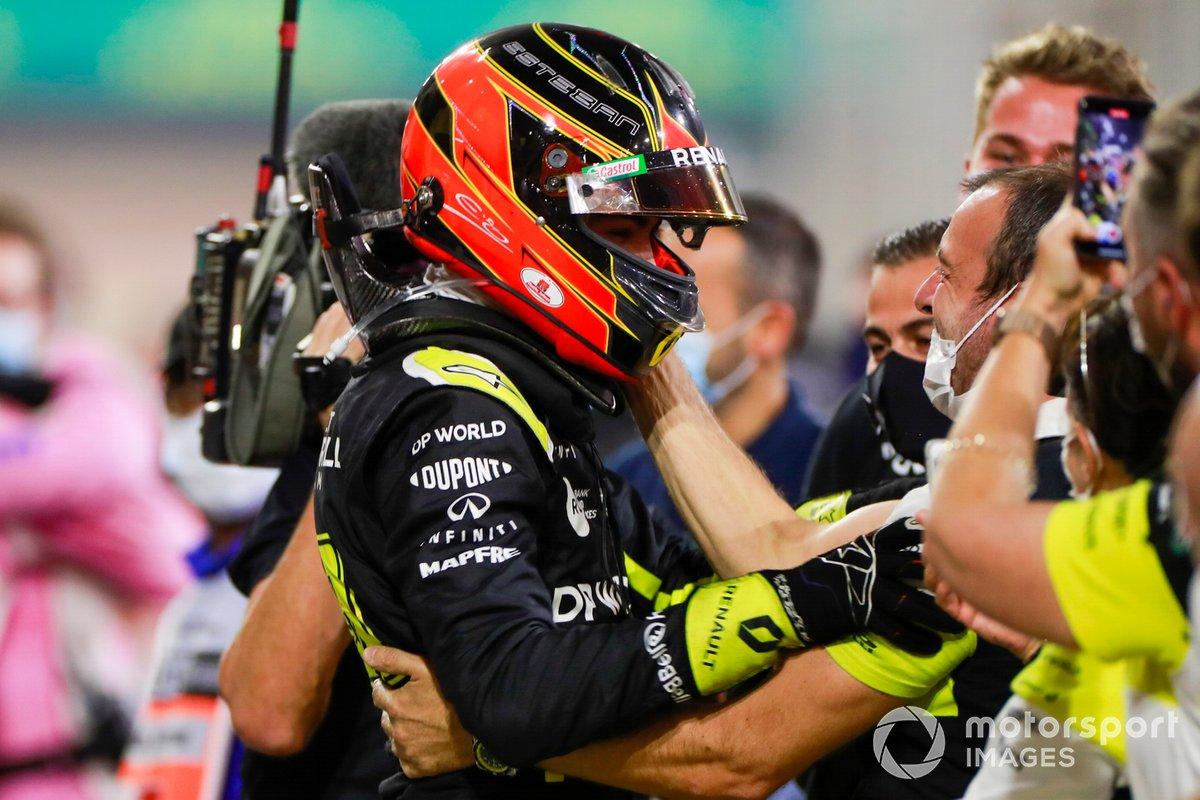 Esteban Ocon, Renault F1, 2ª posición, celebra con su equipo en Parc Ferme