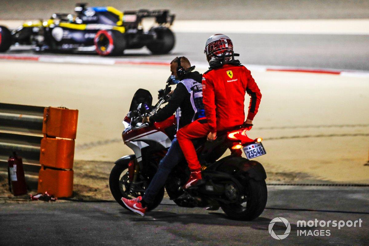 Charles Leclerc, Ferrari, si allontana dalla sua auto dopo il ritiro