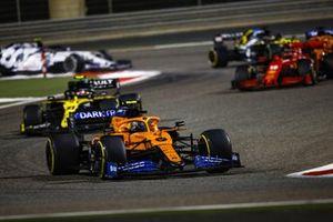 Lando Norris, McLaren MCL35, Esteban Ocon, Renault F1 Team R.S.20