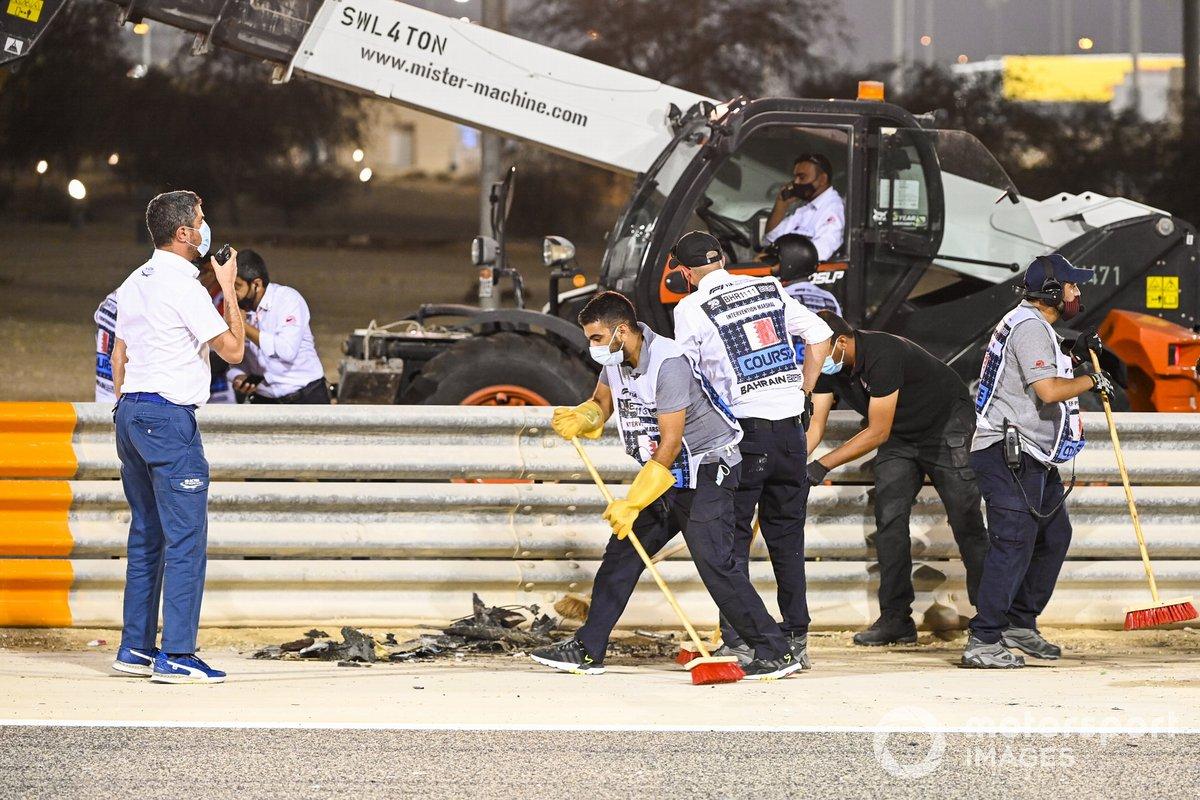 Michael Masi, Director de Carrera de la FIA, asiste a la escena del accidente de Romain Grosjean, Haas VF-20, en la primera vuelta