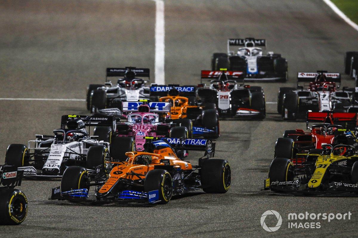 Daniel Ricciardo, Renault F1 Team R.S.20, Lando Norris, McLaren MCL35, Esteban Ocon, Renault F1 Team R.S.20, Pierre Gasly, AlphaTauri AT01, e il resto del gruppo alla partenza