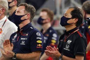 Christian Horner, Team Principal, Red Bull Racing, et Toyoharu Tanabe, Directeur Technique F1 Honda, applaudissent leur pilotes