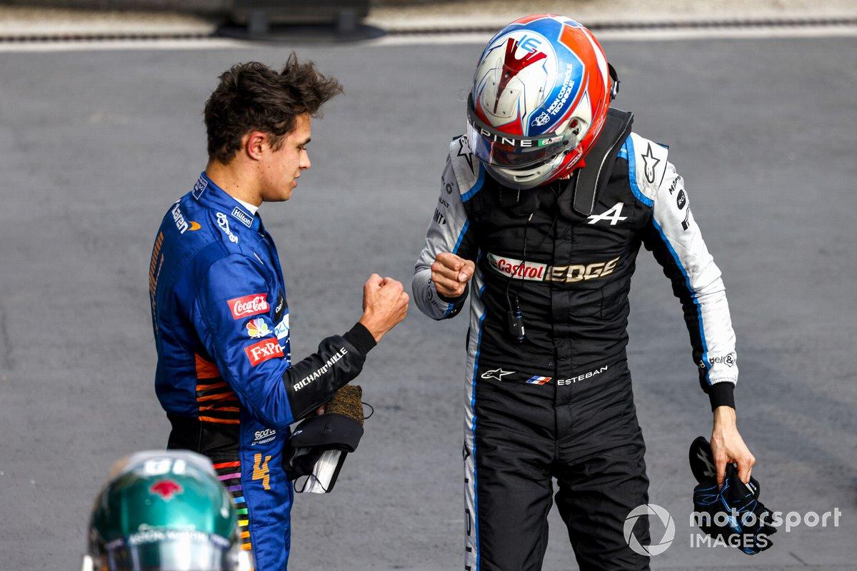Esteban Ocon, Alpine F1, felicita a Lando Norris, McLaren, 3ª posición, en Parc Ferme