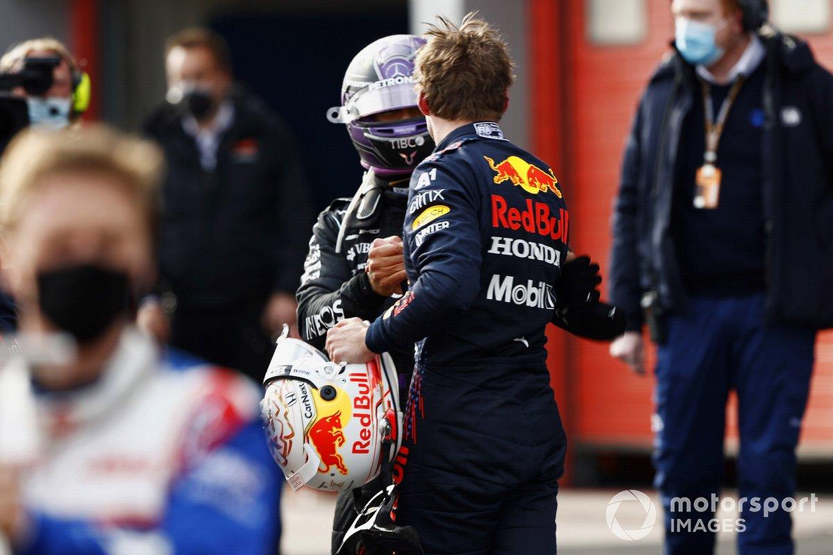 Lewis Hamilton, Mercedes, 2 ° posto, si congratula con il vincitore della gara Max Verstappen, Red Bull Racing